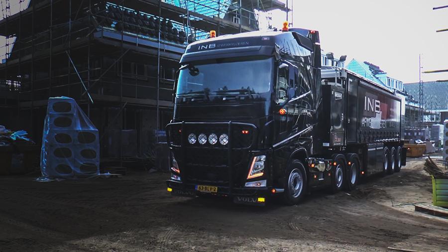 Camion muy grande aparcado en una obra