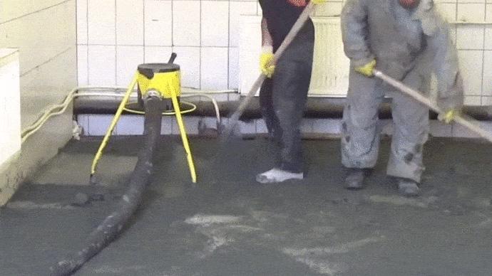 Dos operarios en trabajo de solado con tripode