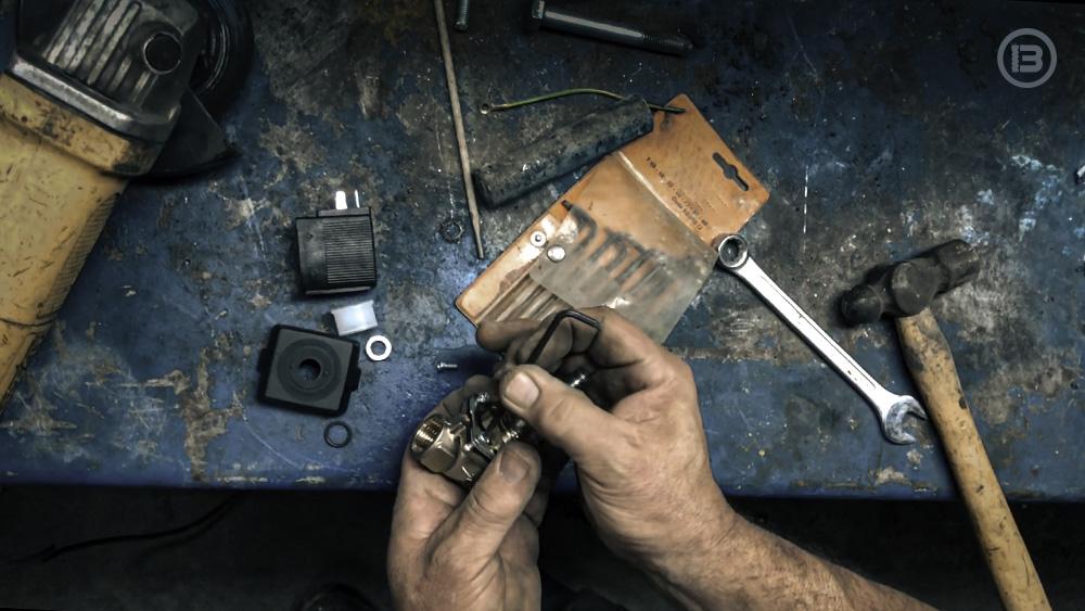 imagen de mecánico desmontando una electrovalvula